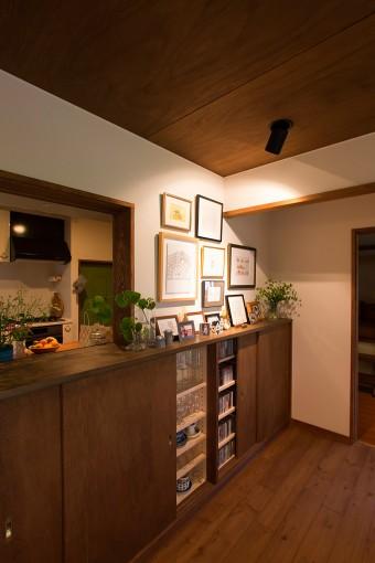 キッチンとダイニングの仕切りの壁には、造りつけの棚を取り付け、食器やCDをすっきりと収納。配膳窓も、前川邸からヒントを得たもの。
