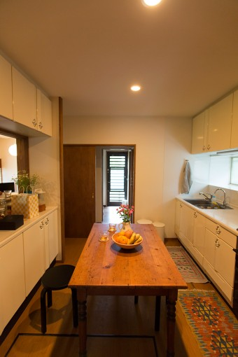 キッチンは北向きにあり、日が差さないため、フルーツや花を欠かさないようにして、華やかさを演出している。