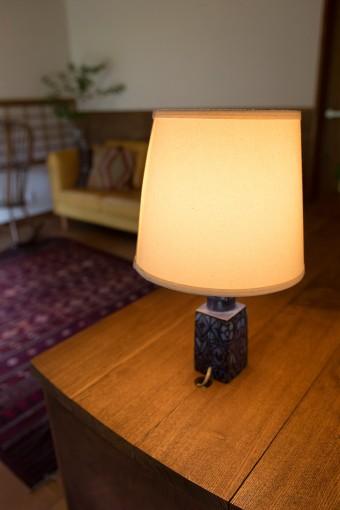 ベース部分にロイヤル・コペンハーゲンの陶器を用いた、フォグ&モーラップ社のテーブルランプ。このランプをここに置くことを、先に決めていた。