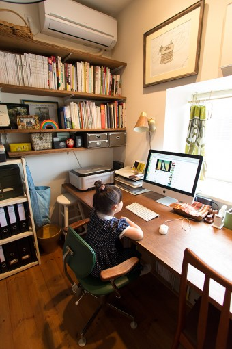 奈緒さんの仕事部屋。造りつけの大きな机を設置し、みちるちゃんも横でお絵かきなどができるようにした。