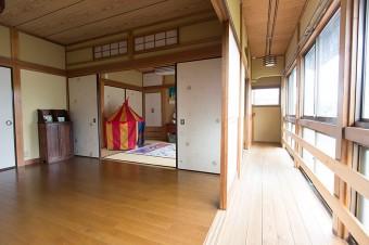 2階のひと間はみちるちゃんの遊び場に。板の間に布団を敷き、3人で眠るのだそう。