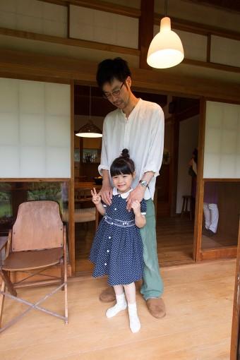 縁側では、家族それぞれが好きな時間を楽しむ。雪見窓など、日本の文化もみちるちゃんに伝えている。
