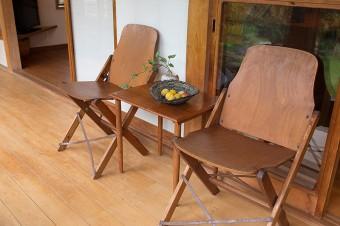 リサイクルショップで買った椅子は、オーストラリアの学校で使われていたもの。入梅の時期は梅の実を飾るなど、季節感を演出。