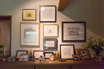 リビングの入り口脇は、家族の思い出のコーナー。高弘さんのイラスト作品もディスプレイ。ふたりの仕事・作品は、http://tabletalk.cc/で。