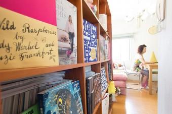 本棚も、ディスプレイt棚として楽しく活用されている。