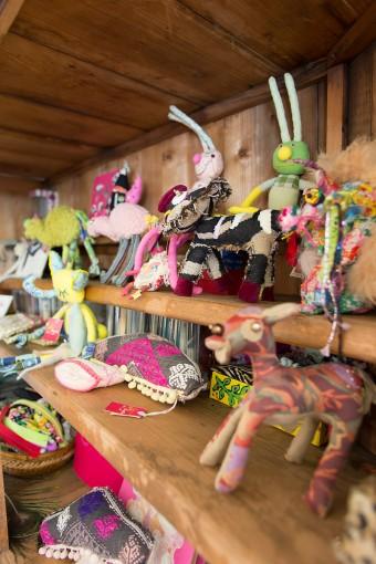 妹・大島富美子さんが手がける「FUFU」の人形たちを陳列。1コずつにネーミングがつけられ、愛嬌もたっぷり。