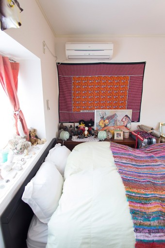 充分華やかなベッドルームだが、頭の上だけは安らぎの白で統一。