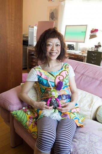 大島百合子さん。2人の妹と、1匹の犬、2匹の猫と暮らす。