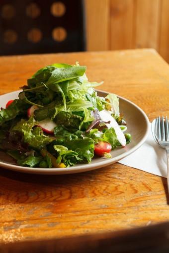 サラダ菜、サニーレタス、ベリーカール、ルッコラ、ミニトマト、赤かぶ、パプリカを彩りよく。Regularサイズ。