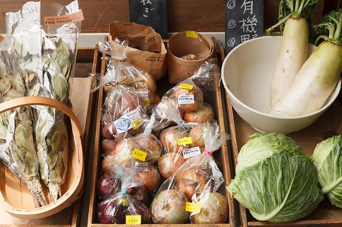 季節の野菜が並ぶ。仕入れはその時によって違うので、今週は何があるかな? と、野菜と出会う楽しみもある。