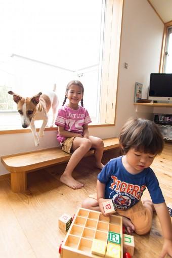 バルコニーに出る大きな窓の段差は、椅子と同じ高さ。子どもには踏み台がちょうどいいベンチになる。
