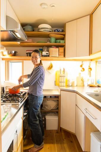 コックピットのような機能的なキッチン。「収納は阪神大震災の経験から、すべて引戸にしてもらいました」(美穂さん)。