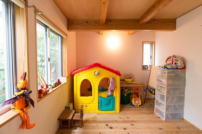 子ども室は、将来パネルでふたつに仕切れるように梁のかけ方を工夫してある。壁の珪藻土は夫妻が自分たちで塗った。