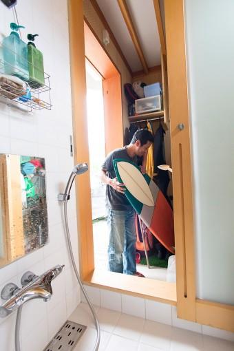 外から帰って来て、外物置にサーフボードをしまい、浴室へ直接アクセスできる。「サーファーで外にシャワーをつける人もいますが、冬はシャワーよりもお風呂のほうが快適ですよ(笑)」。