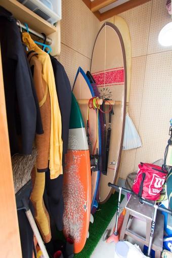 物置には、サーフボードのほかにもアウトドアグッズなどがぎっしり。凛来くんが生まれてからサーフィンをお休みしていた美穂さんも、そろそろ復帰を考えているそう。