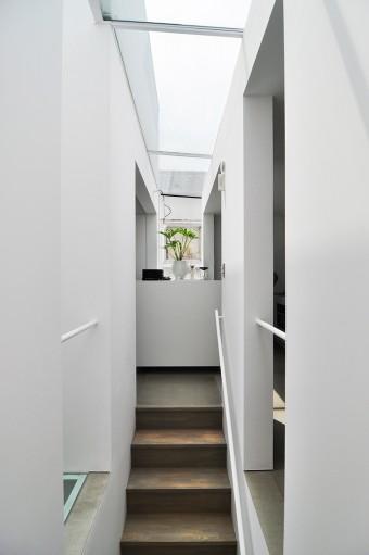 階段を上がって左がリビングで、右がキッチン。
