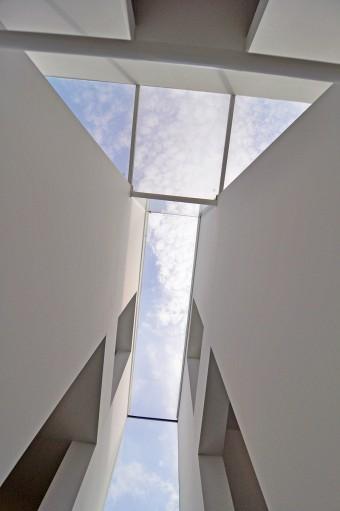 階段から天窓を見上げる。