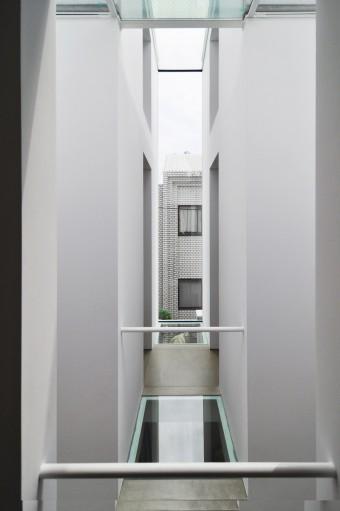 表側から見て左側の壁面にもスリット状の開口が設けられている。奥に見える通路の右がリビングで左が寝室。