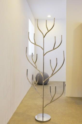 妹島和世デザインのフラワースタンド〈HANAHANA〉。枝の先端に花などが差せる。