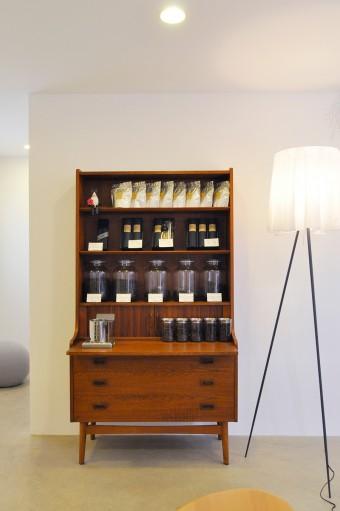 右がスタルクのフロアランプ〈 ROSY ANGELIS〉。左が販売用のコーヒー豆を納めたデンマーク製のヴィンテージ家具。