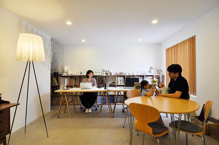 1階の事務所スペース。右のテーブルはフリッツ・ハンセンのスーパー楕円テーブルで椅子がアリンコチェア。幸希さんが座る椅子はイームズのアルミナムチェア。建築家らしい、さりげなくもセンスの光るコーディネイション。