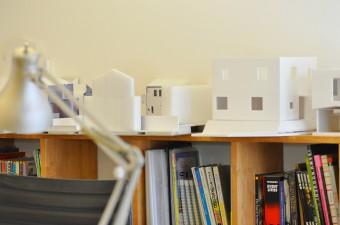 本棚の上には、建築模型が並ぶ。
