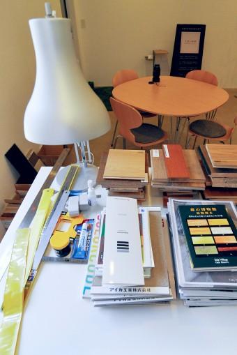 テーブルの上には、建築家の仕事道具と素材見本など。