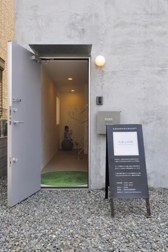 在宅で打ち合わせなどがない場合には、このようにコーヒー豆販売の立て看板が玄関近くに置かれる。