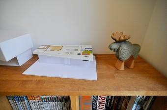 建築模型のお隣の置物はリサ・ラーソン。新築祝いに友人からの贈り物。