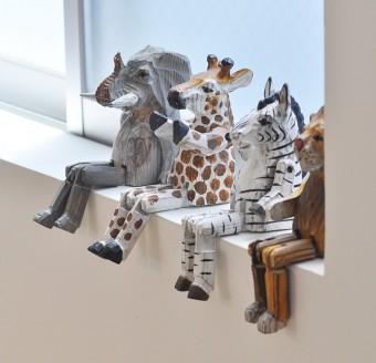 木製の動物たち。カーテンのない窓のアクセントになっている。