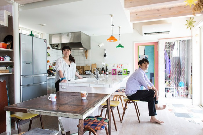 庭に面した明るいリビング&ダイニングに、大きなキッチンを備える。手前は、一目惚れして買った、益子在住の作家、KINTAさんのテーブル。