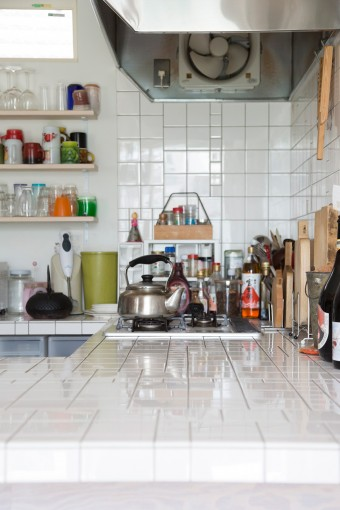 タイルの並べ方にこだわったキッチン。清潔感のある白で統一。