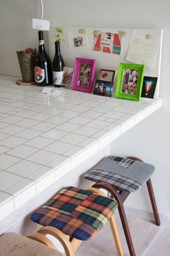 家族写真をディズプレイ。椅子も、自分で布を貼り替えた。