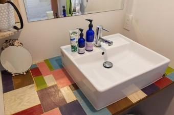 自作の洗面台も、パッチワーク状に。