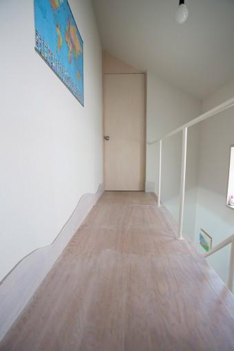 白で統一したすっきりとした廊下。壁の下にあるのが、稜線モチーフ。