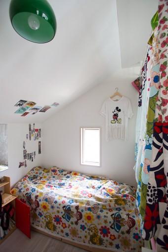 子供部屋はカーテンで間仕切り。カラフルな色彩に溢れる。