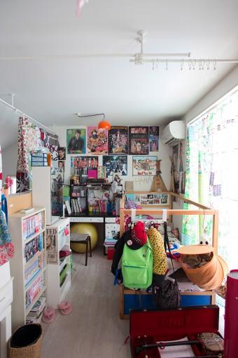 工作作品などのディスプレイも楽しい子供部屋。