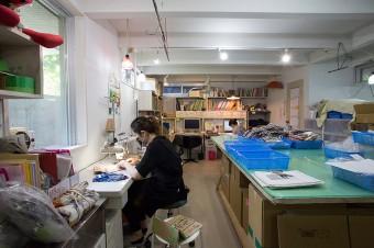アトリエでは2~3人のスタッフが作業中。廃材の生地を使い、布ナプキンや母乳パッド、マスク、ソックスなどあらゆるものを制作している。