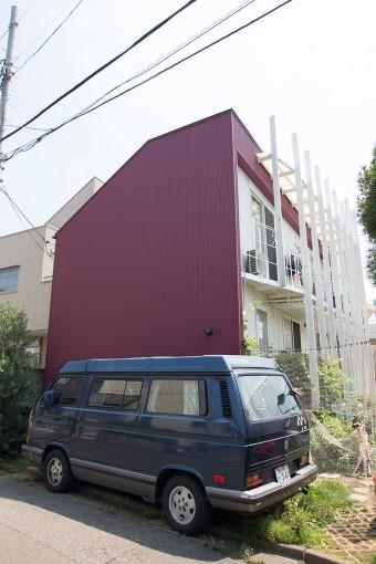 人気住宅街の中の一軒家。門もネットで代用するなど、入口からアイデア満載。