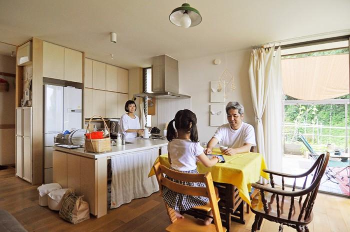いつも家族が集まるLDK。写真右手のウッドデッキから直接出入りすることができる。床のフローリングはナラの無垢板。