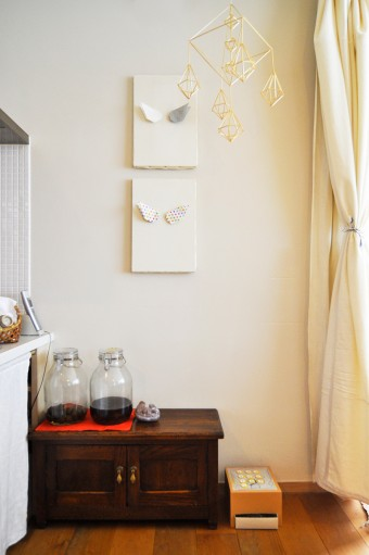 壁のキャンバスには、蒼衣ちゃんがつくった「天使の羽」を飾っている。棚の上には、由香さんお手製の梅ジュースのビン。