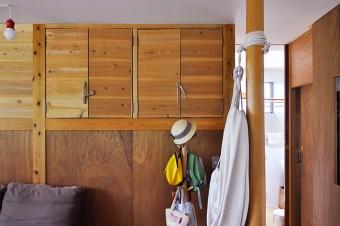 LDKと寝室の間仕切りにもなっている収納は、一雄さんがDIYでつくった。拾って来た流木を把手に使っている。