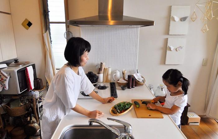 お手伝いをする蒼衣ちゃん。キッチンに段差があるので、ダイニング側からは小さな子どもでもカウンターに手が届く。