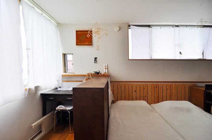 寝室の一画に書斎コーナーを設けてある。デスクをはじめ、家具類は由香さんが結婚前に古道具屋で購入したものがほとんど。