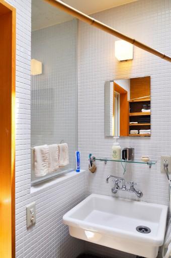 白いタイルが清潔感あふれる洗面室。