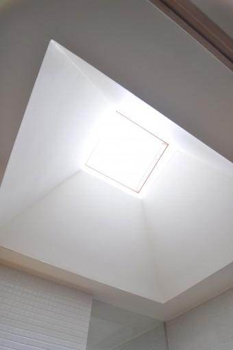洗面室に光をとりこむ天窓。