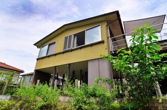 敷地の傾斜を活かし、1階部分をピロティに、2階部分が住まいになっている。ピロティの部分は、将来的に増築で居室をつくることが可能。