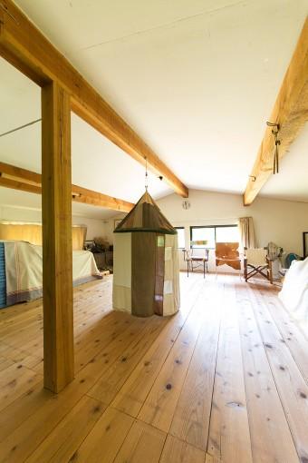2階のゲストルーム。草木染めで作った布をパッチワークして作った可愛い布の家は、奥さまの美雪さんが作ったもの。