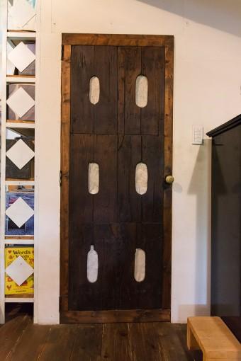 トイレのドアには和紙が貼られ、電気がついていれば外からでもわかるようになっている。