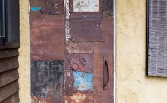 錆びてペンキが剥がれて、日々表情を変えていくドア。他にも、真鍮や銅など、味わいが変わっていく素材のドアが多い。
